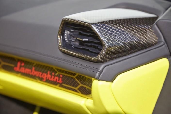 Lamborghini Huracan LP610-4 / interiér: barevné carbon díly – černé a zlaté vlákno (interior: color carbon components – black and gold fiber)